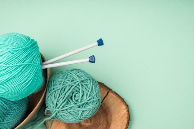 Fios de lã coloridos com agulhas de crochê