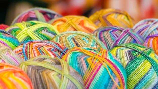 Fios de tricô multicoloridos