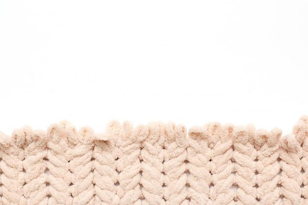 Fios de tricô sem agulhas de tricô. fonte branca.