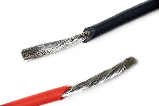 Fios desencapados de alumínio isolados do cabo elétrico
