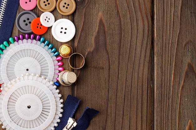 Fios e acessórios de costura em mesa de madeira marrom