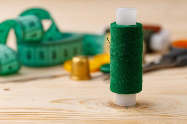 Fios e acessórios de costura em mesa de madeira
