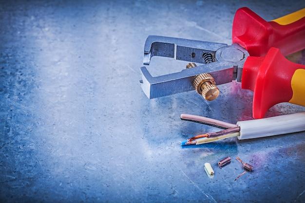 Fios elétricos de espadeladores isolados na mesa metálica, conceito de eletricidade