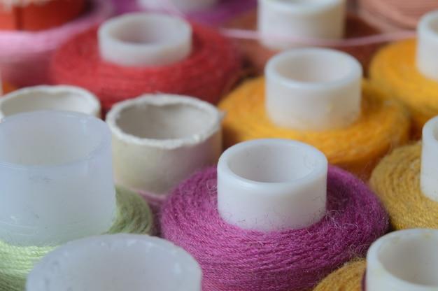 Fios espirais multicoloridos, fios de costura. fechar-se.