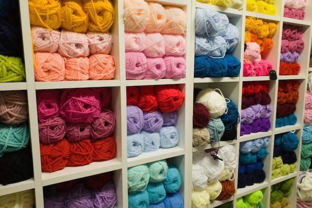 Fios multicoloridos de lã para tricô na loja