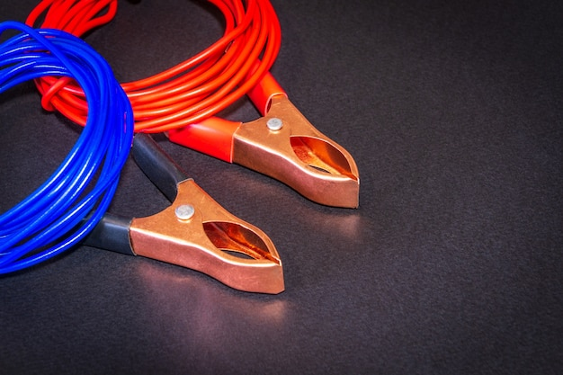 Fios multicoloridos e pinças de crocodilo preparados para eletricista mestre