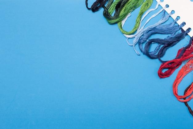 Fios multicoloridos para bordado com espaço de cópia