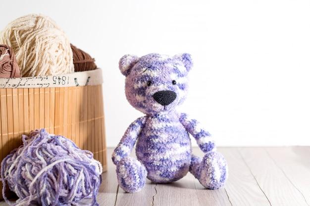 Fios para tricô e brinquedo de urso artesanal