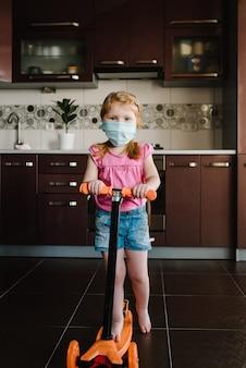 Fique em casa, criança brincando na quarentena da cozinha. esperança durante o conceito de pandemia.