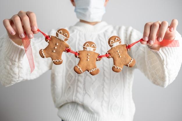 Fique em quarentena em casa de covid-19. biscoitos de natal com máscaras
