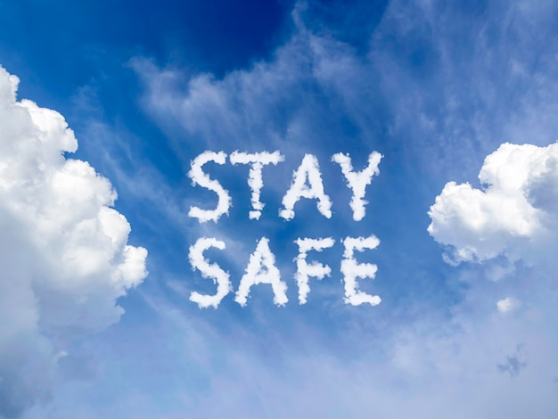 Fique seguro conceito. fundo do céu azul com mensagem de nuvem fofa branca
