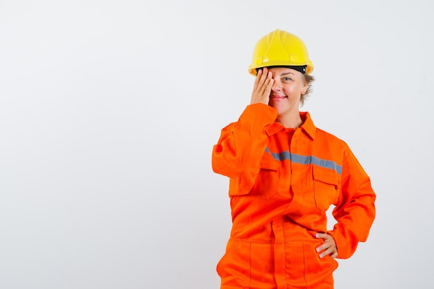 Firewoman em seu uniforme com um capacete de segurança