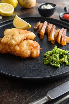 Fish and chips britânico com purê de ervilhas mentoladas