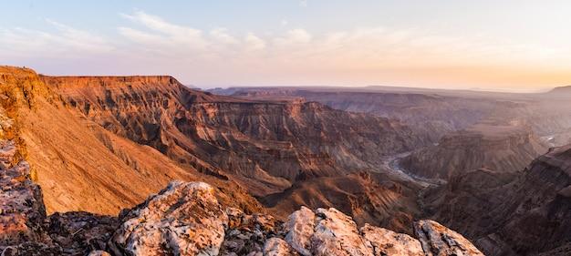 Fish river canyon, destino de viagem cênica no sul da namíbia.