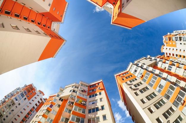 Fisheye tiro de novos edifícios residenciais