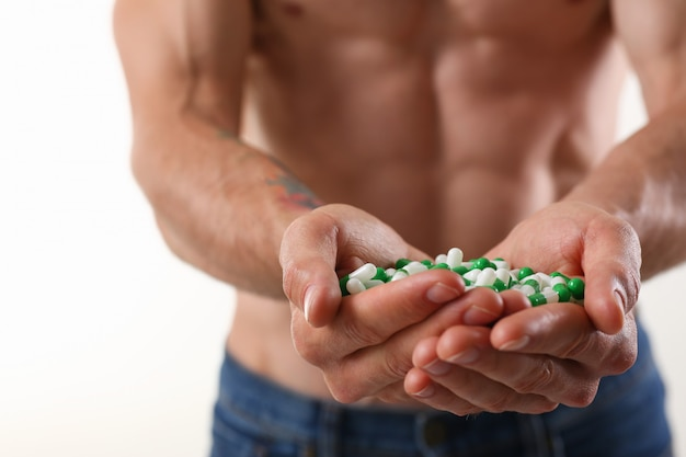 Fisiculturista atleta toma droga sob a forma