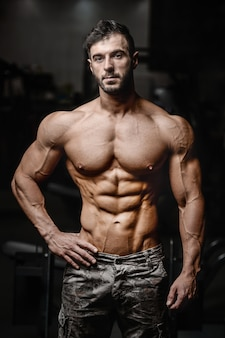 Fisiculturista atlético homem treino músculos exercício