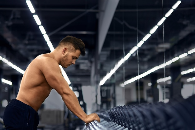 Fisiculturista está envolvido no ginásio.