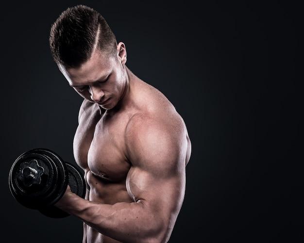 Fisiculturista fazendo exercícios com halteres