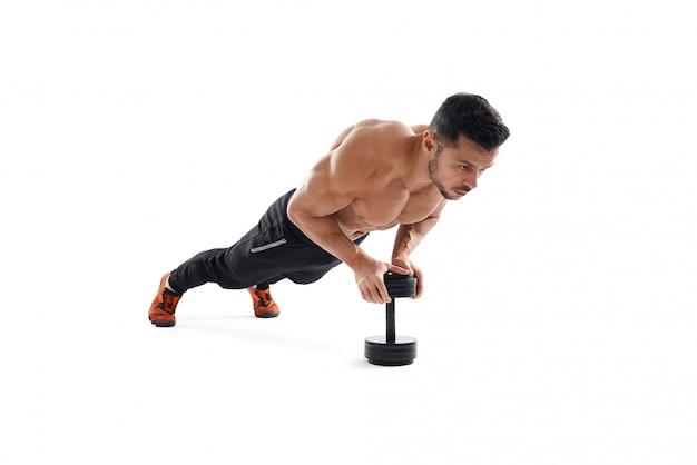 Fisiculturista fazendo push-up usando halteres.