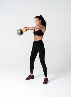 Fisiculturista feminina vestindo se preparando para o treino
