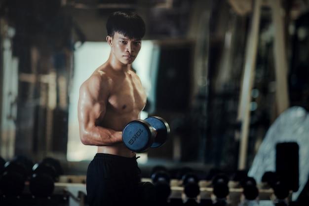 Fisiculturista forte com músculos deltóides perfeitos