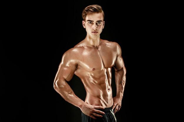 Fisiculturista forte com tanquinho, abdominais perfeitos, ombros, bíceps, tríceps e peito
