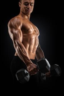 Fisiculturista forte e poder fazendo exercícios com halteres