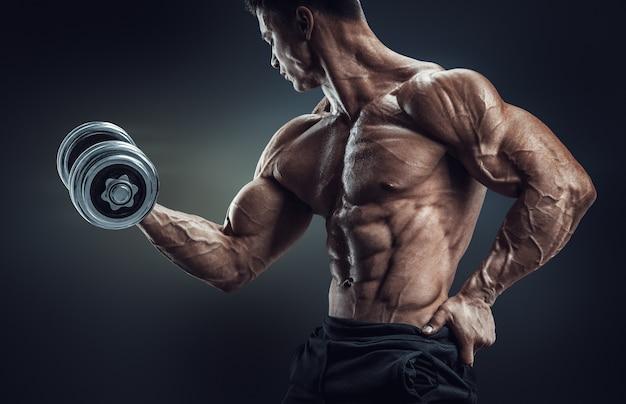 Fisiculturista forte e poder fazer exercícios com halteres