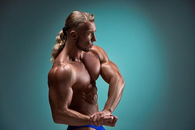 Fisiculturista masculina atraente