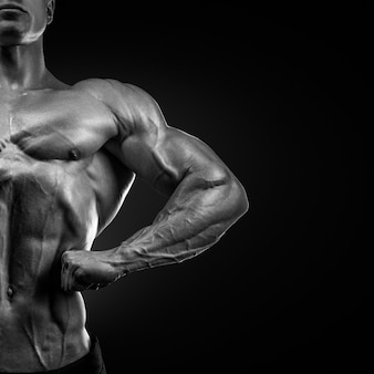 Fisiculturista muscular bonita posando na frente lat spread