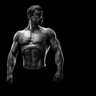 Fisiculturista muscular impressionante jovens olhando para trás