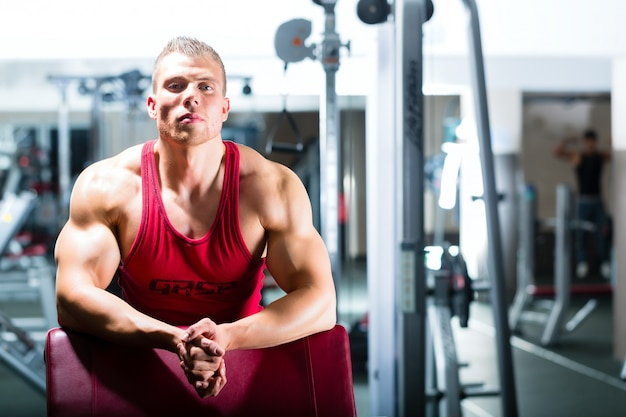 Fisiculturista ou instrutor em uma academia ou centro de fitness
