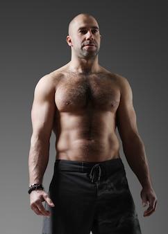 Fisiculturista posando e mostrando os músculos