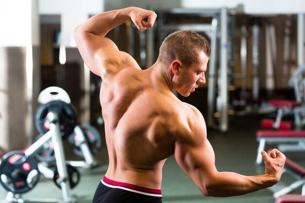 Fisiculturista posando no ginásio