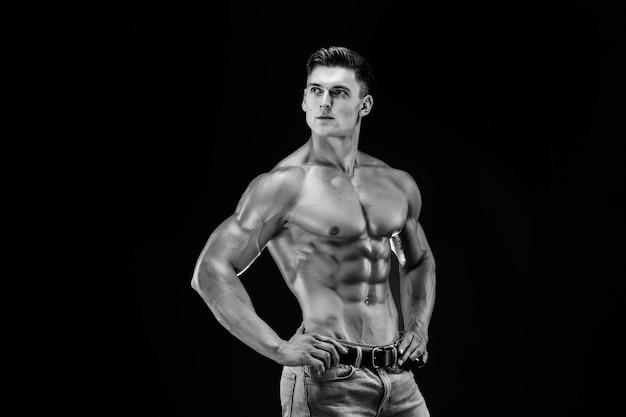 Fisiculturista posando. poder masculino lindo cara desportivo. homem musculoso de fitness