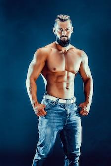 Fisiculturista posando. poder masculino lindo cara desportivo.