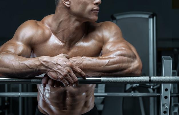 Fisiculturista prepare-se para fazer exercícios com barra