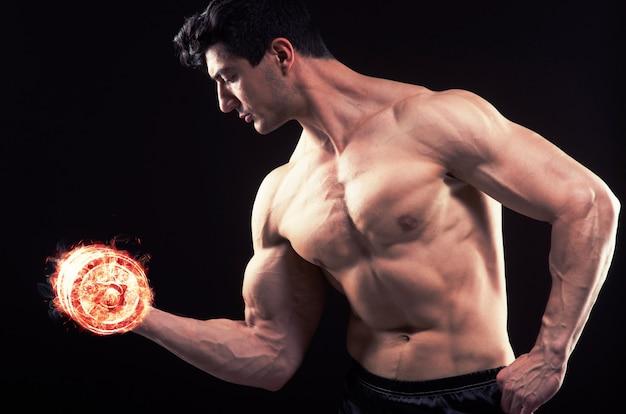 Fisiculturista rasgado muscular com halteres em chamas