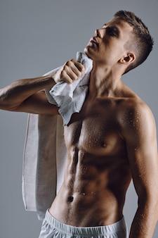 Fisiculturistas masculinos bombeando toalhas de tronco estilo de vida fitness