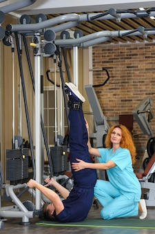 Fisioterapeuta ajuda paciente a reabilitar