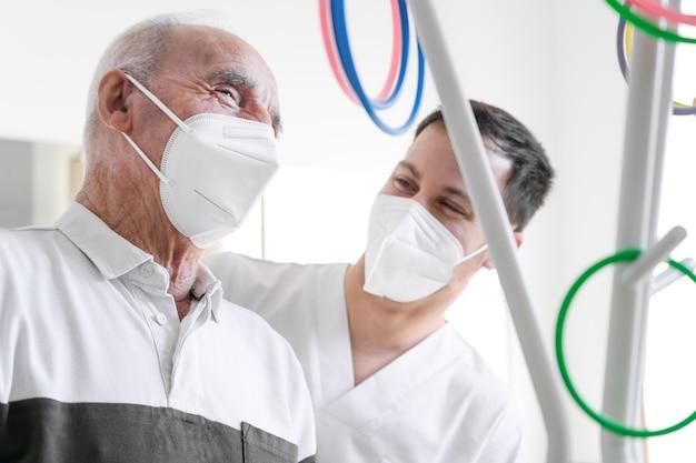 Fisioterapeuta ajuda vítima de derrame em centro de reabilitação