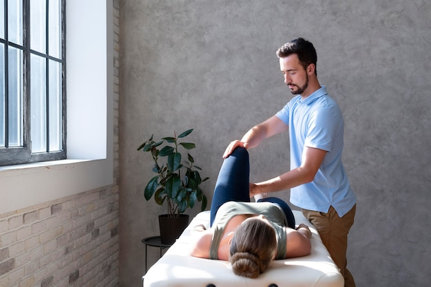 Fisioterapeuta ajudando paciente tiro médio