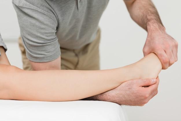 Fisioterapeuta alongando o tornozelo de um paciente