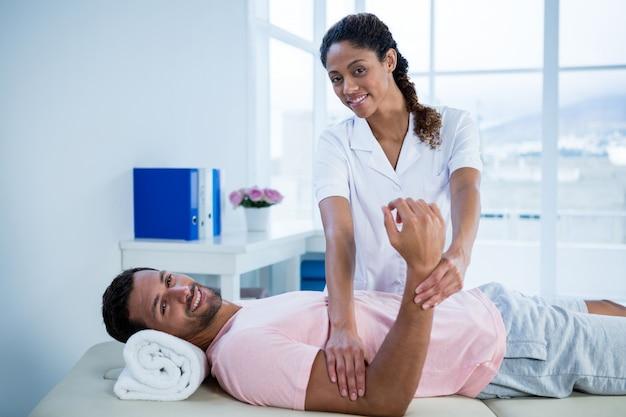 Fisioterapeuta dando massagem nas mãos para o paciente