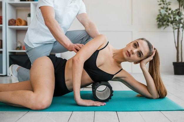 Fisioterapeuta durante sessão de tratamento com mulher