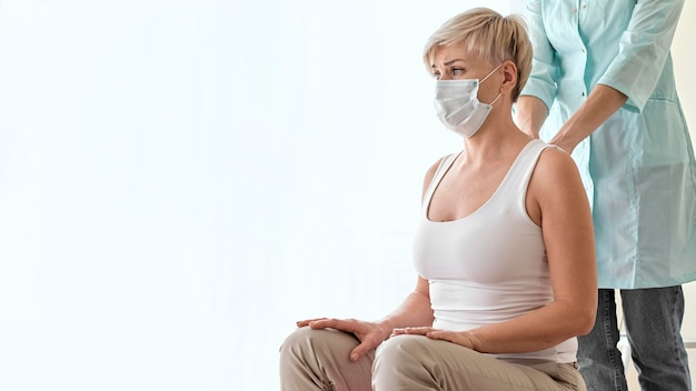 Fisioterapeuta em terapia com paciente do sexo feminino
