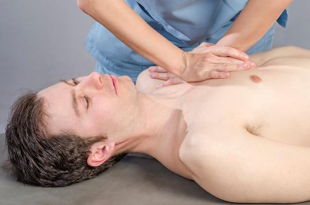 Fisioterapeuta está fazendo uma fáscia de vísceras de fígado.