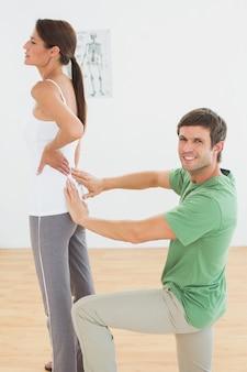 Fisioterapeuta, examinando, womans, costas, em, escritório médico