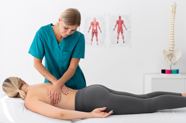 Fisioterapeuta fazendo massagem em seu paciente